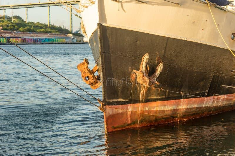 在Punda的日落有在太阳的小船的 库存照片