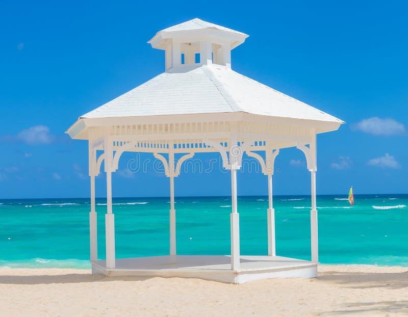 在punta cana海滩的婚礼曲拱  图库摄影