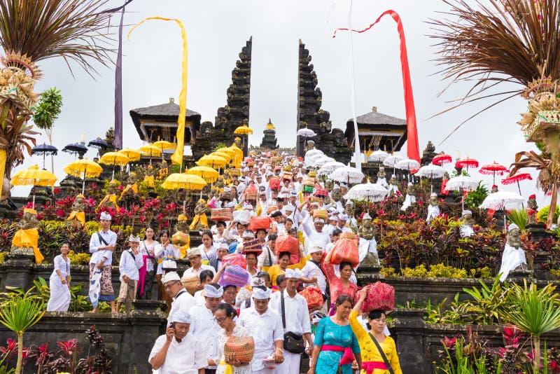 在Pura Besakih寺庙的宗教队伍在巴厘岛,印度尼西亚 免版税库存图片