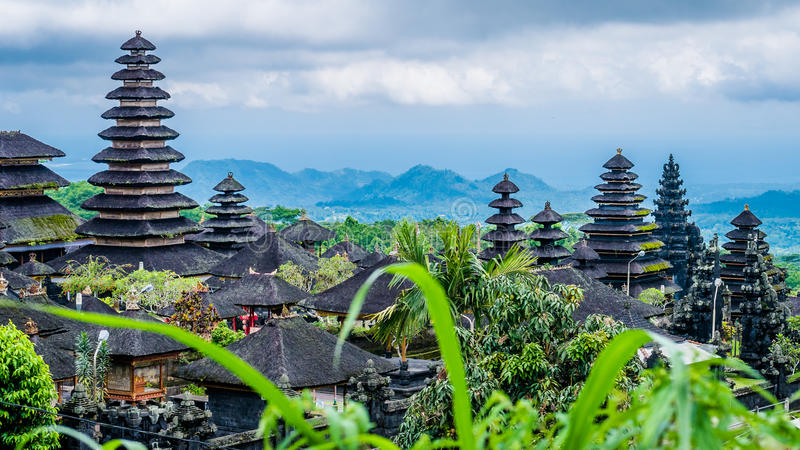 在Pura Besakih寺庙的屋顶在巴厘岛,印度尼西亚 库存图片