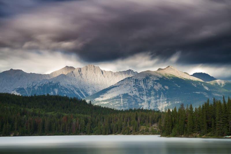 在Pyramid湖的黑暗的云彩 图库摄影