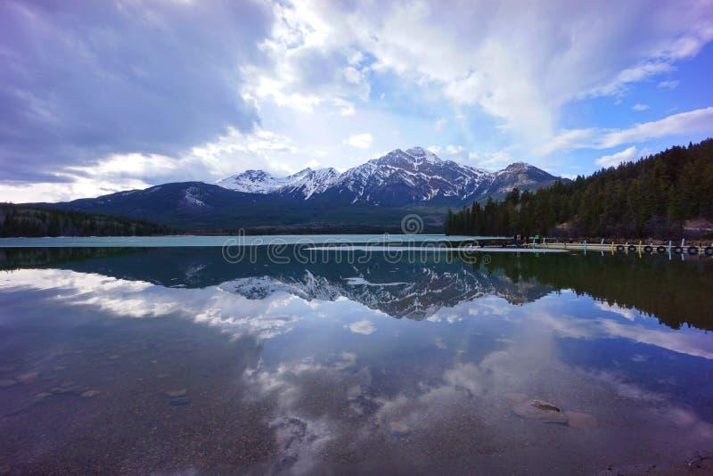 在Pyramid湖,碧玉,亚伯大,加拿大的反射 免版税图库摄影