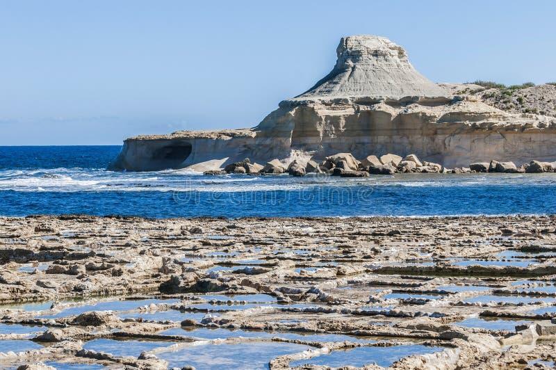 在Qbajjar附近的盐平底锅在戈佐岛,马耳他 图库摄影