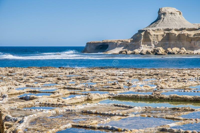 在Qbajjar附近盐溶平底锅在戈佐岛,马耳他。 免版税库存照片
