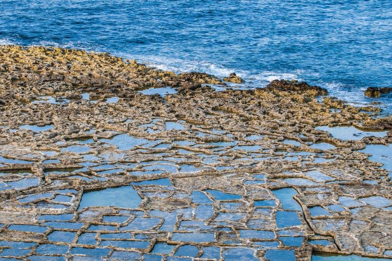 在Qbajjar附近盐溶平底锅在戈佐岛,马耳他 图库摄影