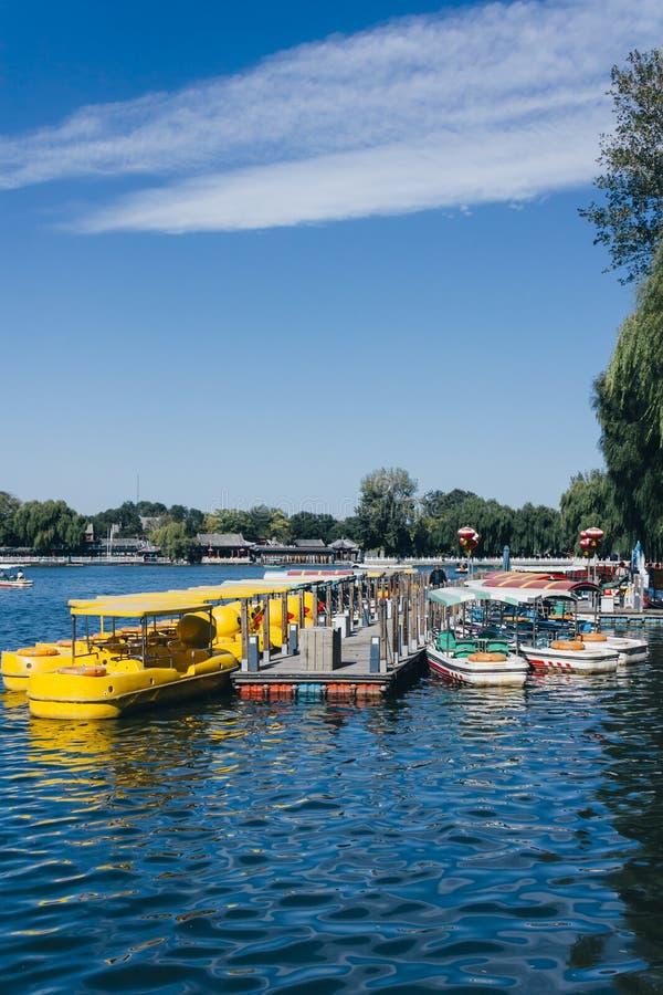 在Qianhai湖的黄色小船在北京中国Shichahai湖  库存图片