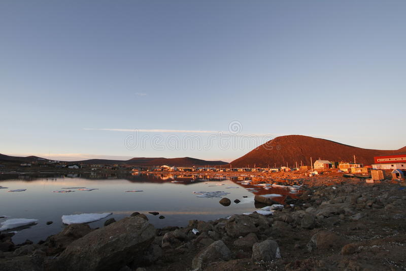 在Qikiqtarjuaq的社区的日落在布劳顿海岛上的 免版税库存照片