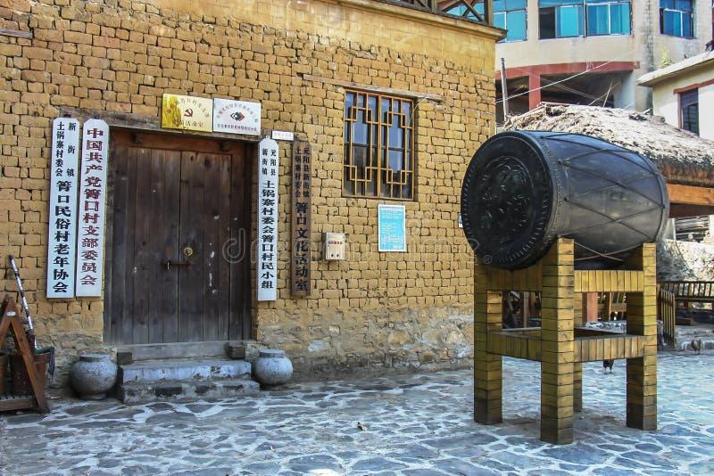 在Qingkou民间村庄的一个古铜色被镀金的鼓 免版税库存照片