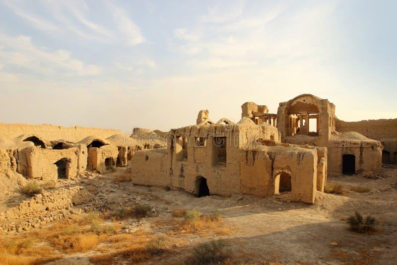 在Qum市和喀山市,伊朗之间的被破坏的黏土镇 库存照片