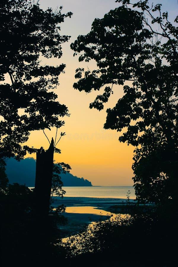在Radhanagar海滩的日落 免版税库存图片