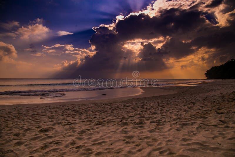 在Radhanagar海滩的日落 库存图片