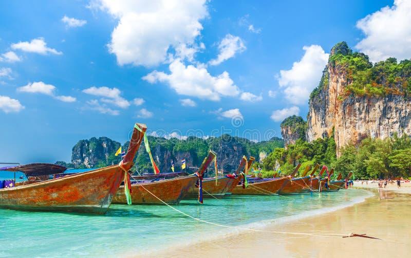 在Railay海滩的长尾巴小船在甲米府地区,泰国 库存照片