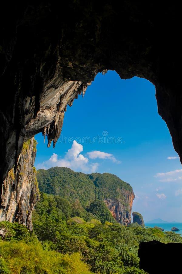 在Raileh海滩的石灰石洞 免版税库存照片