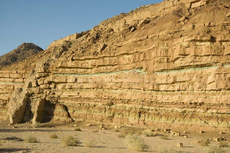 在Ramon火山口的岩石层 库存图片