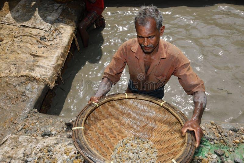 在Ratnapura附近的宝石矿在斯里兰卡 库存照片