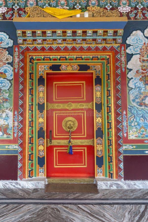 在Ravangla,锡金,印度附近的充满活力的修道院门 免版税库存照片