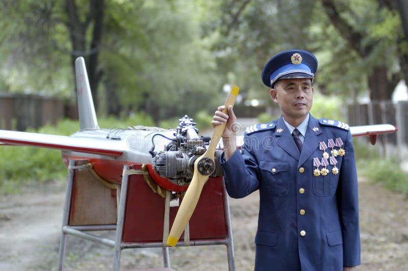 在rc寄生虫前面的佩带的一军事空军第6级官员 免版税库存图片