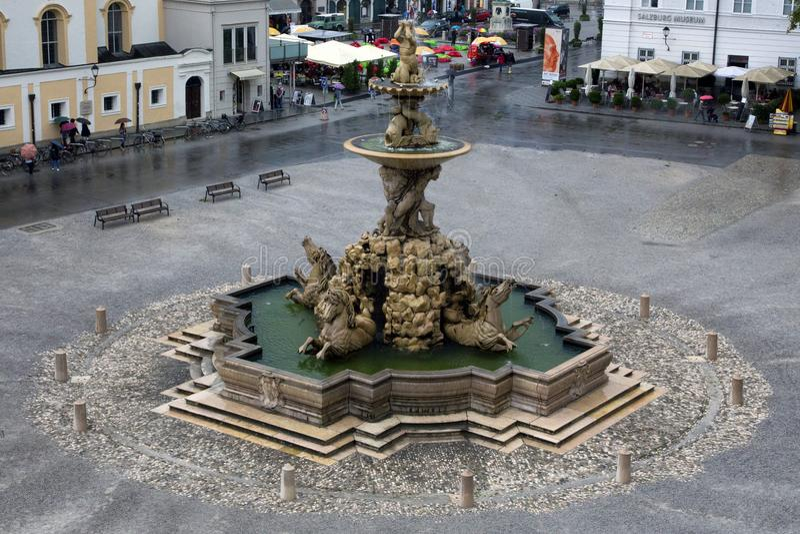在Residentplatz的巴洛克式的住所喷泉在萨尔茨堡 奥地利 免版税库存照片