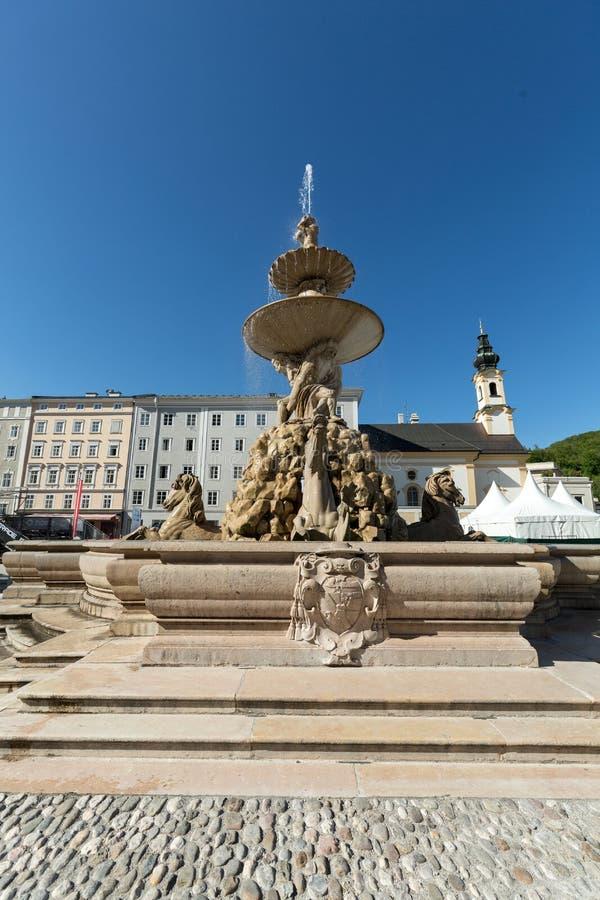 在Residentplatz的巴洛克式的住所喷泉在萨尔茨堡 图库摄影