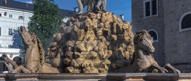 在Residenzbrunnen喷泉的马雕塑在主教宫广场广场在萨尔茨堡 库存照片