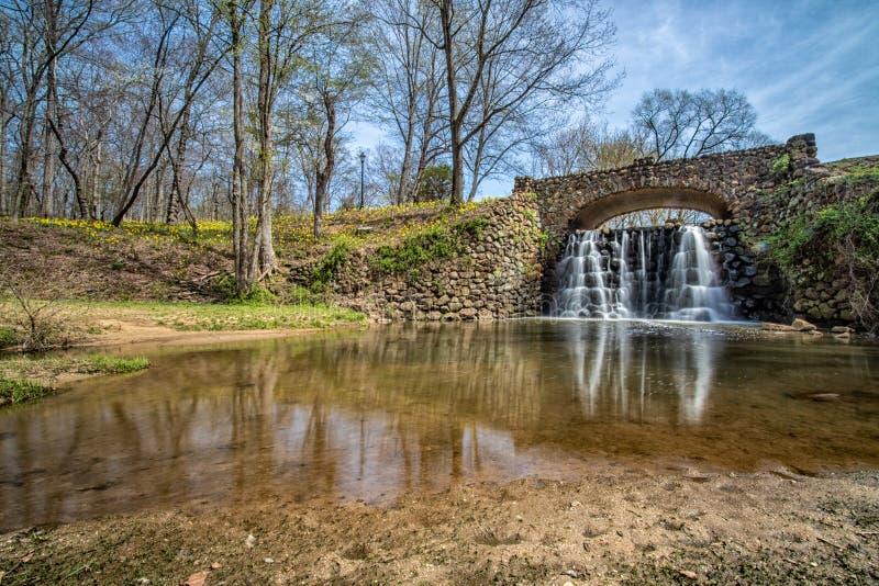 在Reynolda庭院的瀑布桥梁 免版税图库摄影