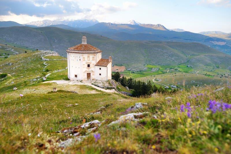在Rocca卡拉肖城堡附近的小教堂在夏天日落 库存照片