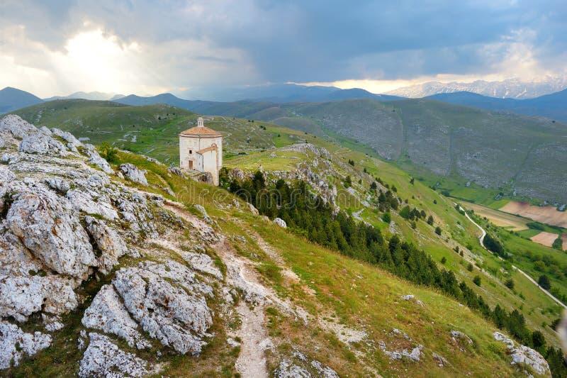 在Rocca卡拉肖城堡附近的小教堂在夏天日落 免版税库存照片
