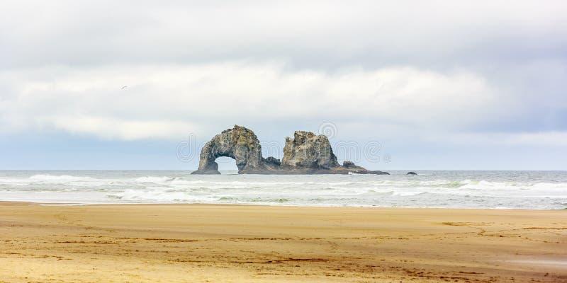 在Rockaway海滩的双岩石 库存图片
