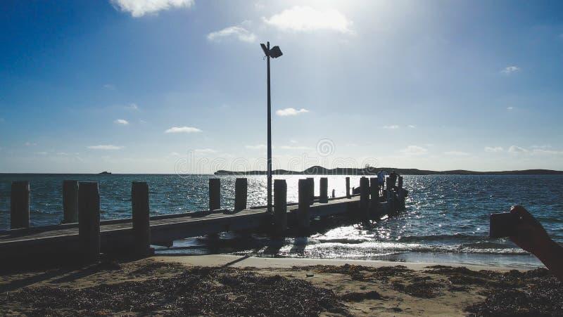 在Rockingham,澳大利亚西部,澳大利亚附近的小木跳船 免版税库存照片