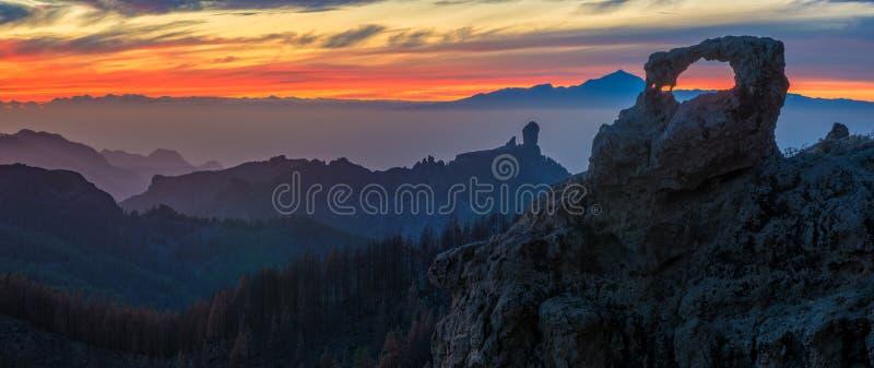 在roque nublo山的壮观的日落在大加那利岛,  库存图片