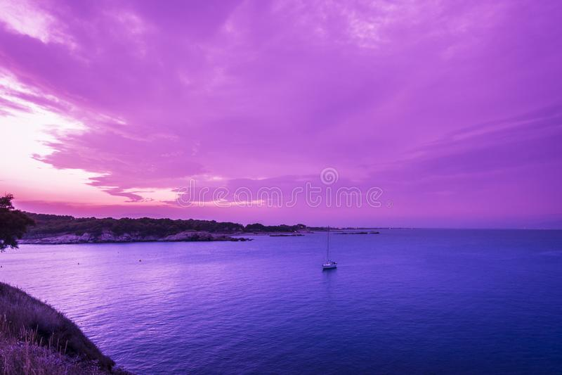 在Rosas海湾,肋前缘Brava,西班牙的紫外日落 库存照片