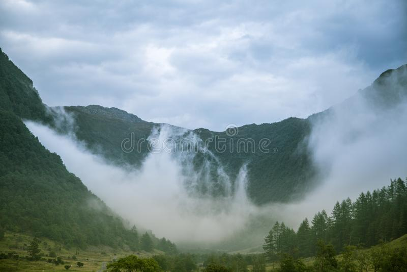 在Rosendal附近的一个美丽的绿色山谷在挪威 秋天风景在福尔格冰川国家公园 免版税库存图片