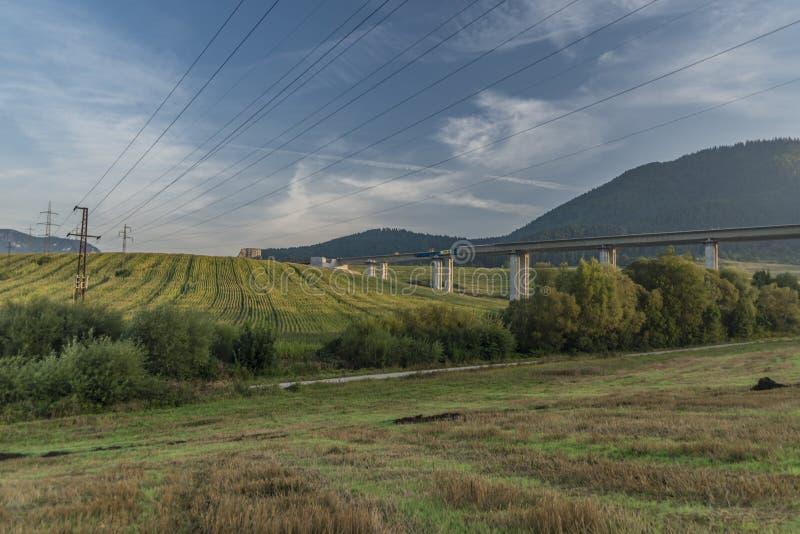 在Ruzomberok镇附近的看法有大小山和导线的 免版税图库摄影