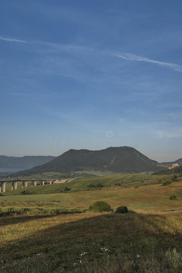在Ruzomberok镇附近的看法有高速公路桥梁的 库存照片