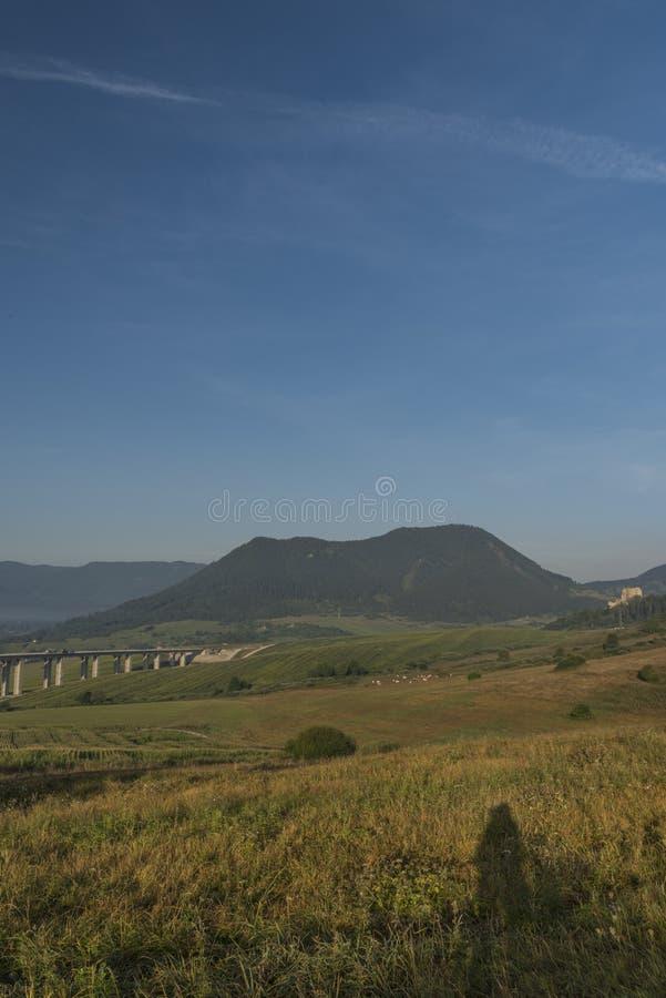 在Ruzomberok镇附近的看法有高速公路桥梁的 库存图片