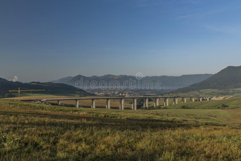 在Ruzomberok镇附近的看法有高速公路桥梁的 免版税库存图片