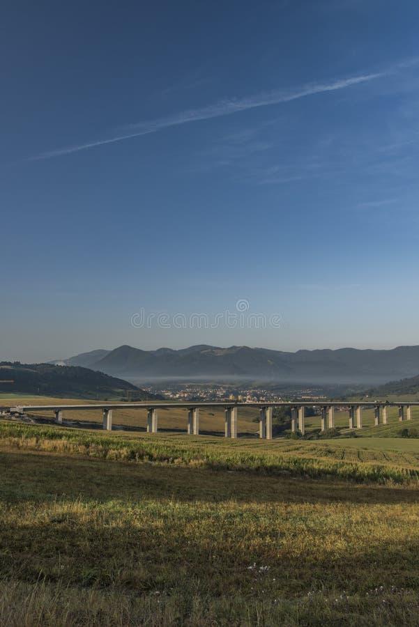 在Ruzomberok镇附近的看法有高速公路桥梁的 免版税库存照片