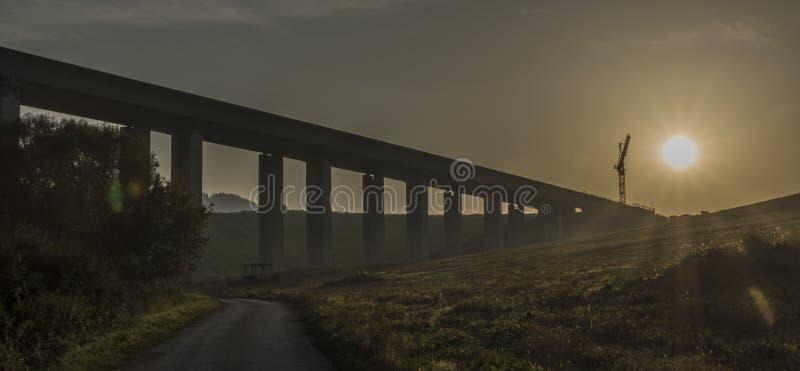 在Ruzomberok镇附近的高速公路有日出的 免版税库存照片