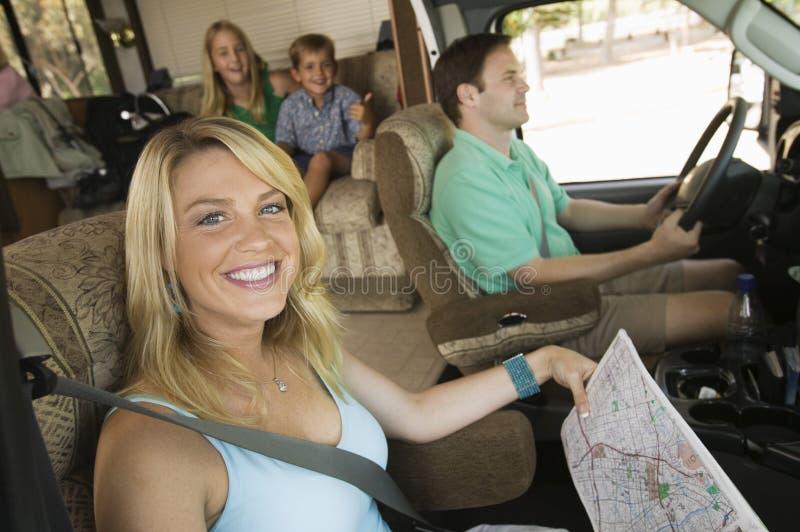 在RV的家庭在夏天旅行 免版税库存照片