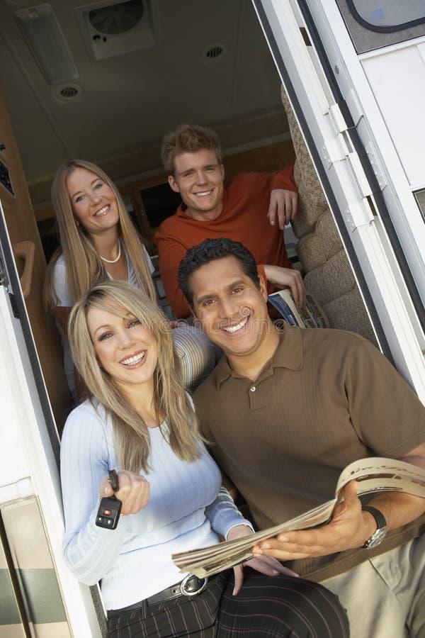在RV门道入口的家庭  免版税图库摄影