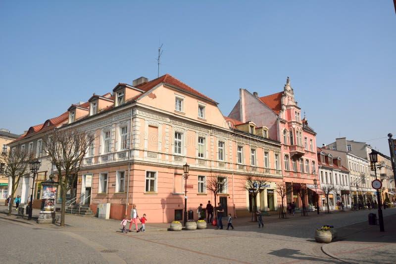 在Rynek广场和Boleslawa Chrobrego街道的交叉点的历史的居民住房在格涅兹诺,波兰 免版税图库摄影