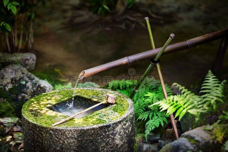 在Ryoan籍寺庙的传统日本竹喷泉在京都,日本 免版税图库摄影