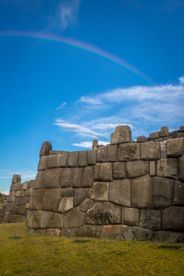 在Saksaywaman废墟的彩虹在库斯科-秘鲁 库存图片