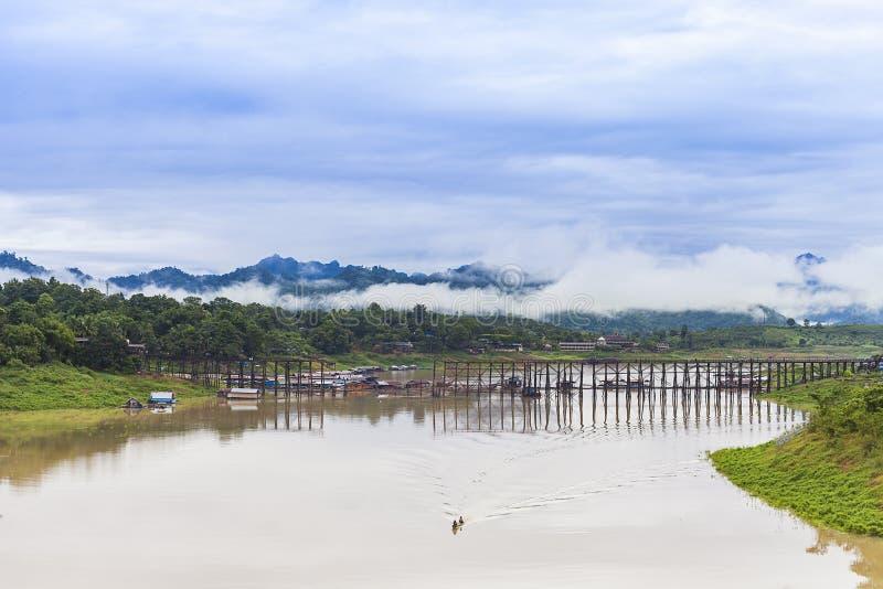 在Sangkhlaburi的长的木桥梁 库存照片