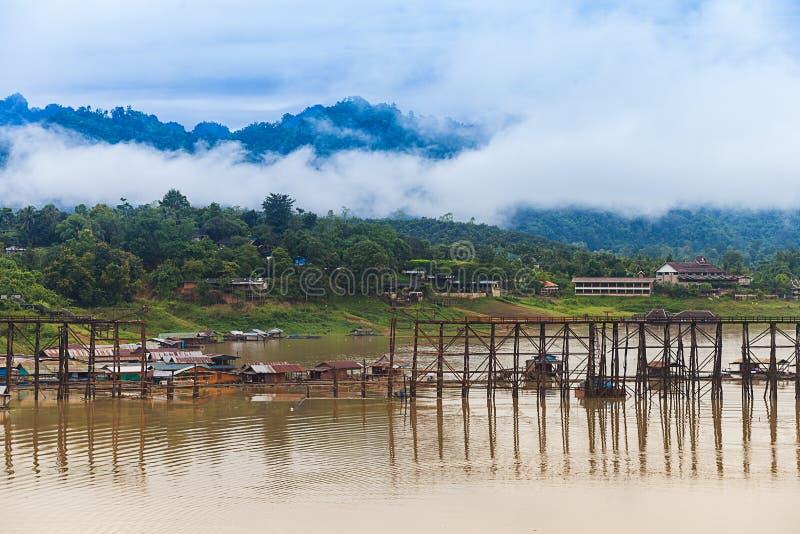 在Sangkhlaburi的长的木桥梁 库存图片