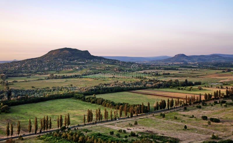 在sanset的火山在湖Balaton,匈牙利 免版税库存照片