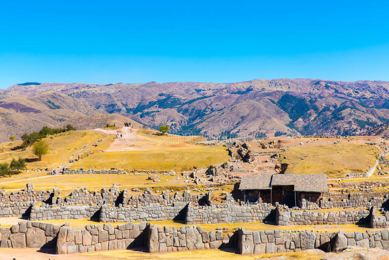 在SAQSAYWAMAN的印加人墙壁,秘鲁,南美。多角形石工的例子。著名32个角度石头 图库摄影