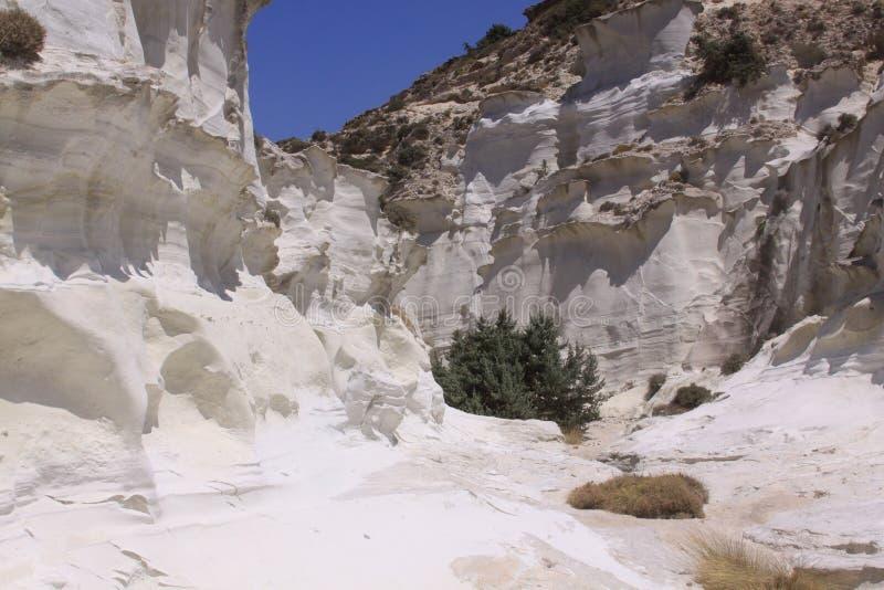 在Sarakiniko海滩的白色峡谷在芦粟海岛上 图库摄影