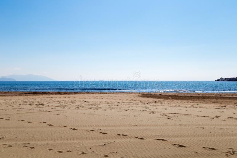 在Sarigerme村庄的西部土耳其海岸在与镇静地中海和天空蔚蓝的晴朗的春日 Mugla/土耳其 免版税库存图片