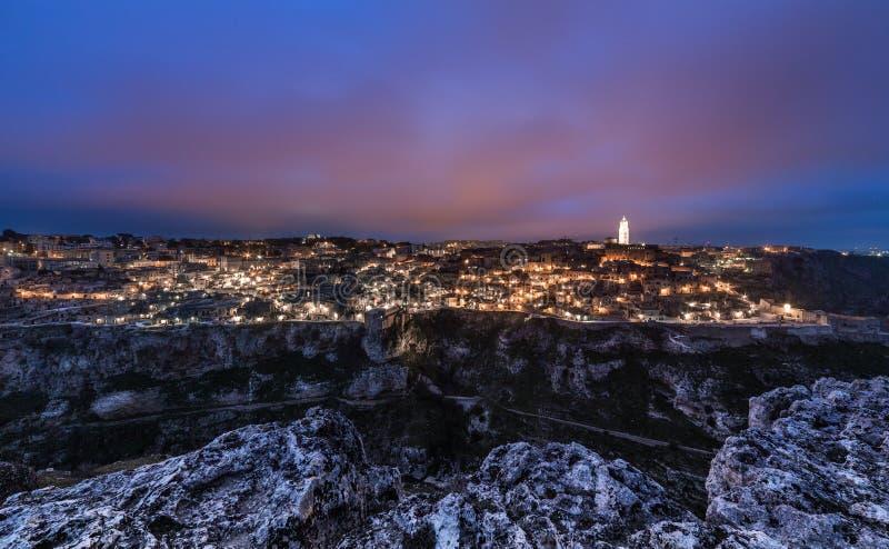 在Sassi的马泰拉意大利日落 都市风景暮色风景 紫色天空 库存图片